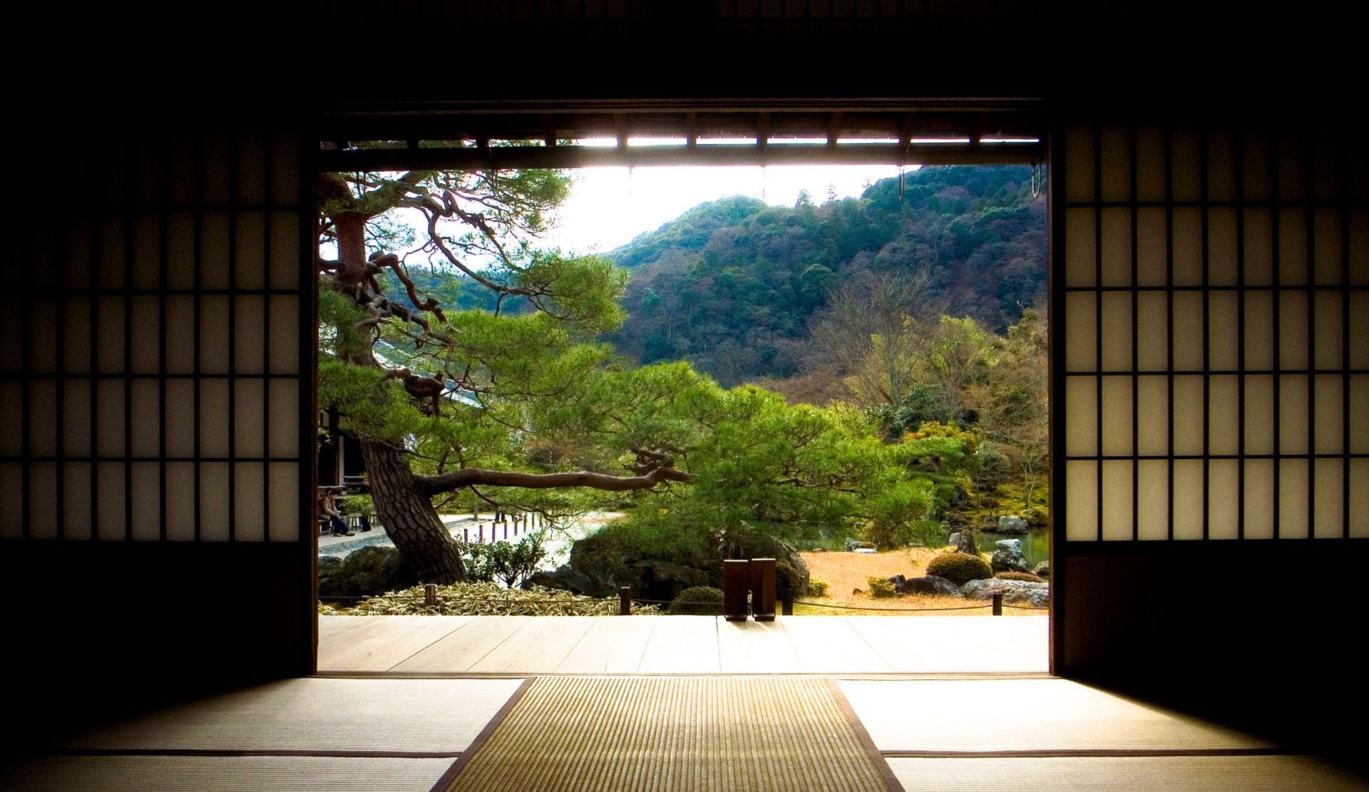 Blick aus einem Zen Kloster in den Klostergarten